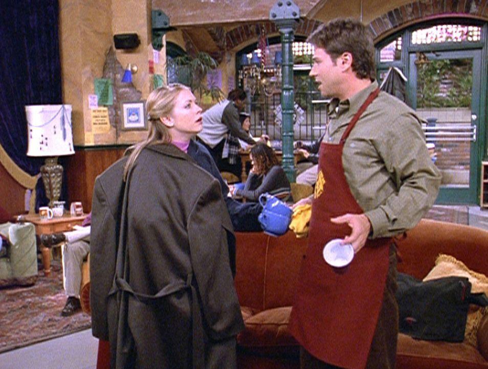 Sabrina (Melissa Joan Hart, l.) sucht Josh (David Lascher, r.) auf, der ihr eine Valentinskarte geschickt hat. - Bildquelle: Paramount Pictures