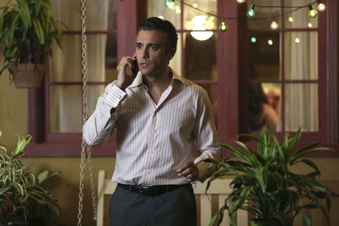 Während Michael nach seinen Problemen bei der Arbeit umso entschlossener ist, Sin Rostro zu fangen, endet Rogelios (Jaime Camil) berühmte Show ... - Bildquelle: Scott Everett White 2015 The CW Network, LLC. All rights reserved.