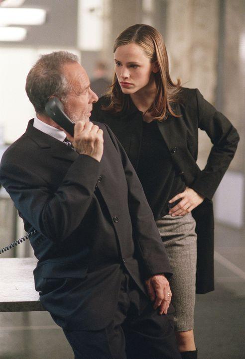 Der SD-6-Chef Sloane (Ron Rifkin) glaubt, einen Maulwurf innerhalb der Abteilung zu haben und lässt Sydney (Jennifer Garner, r.) beschatten. Doch S... - Bildquelle: Touchstone Television