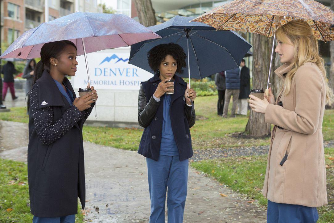 Cassandra (Aja Naomi King, l.) und Tyra (Kelly McCreary, r.) wollen Emily (Mamie Gummer, r.) verkuppeln. Wird sie sich darauf einlassen? - Bildquelle: Jack Rowand 2012 The CW Network, LLC. All rights reserved.