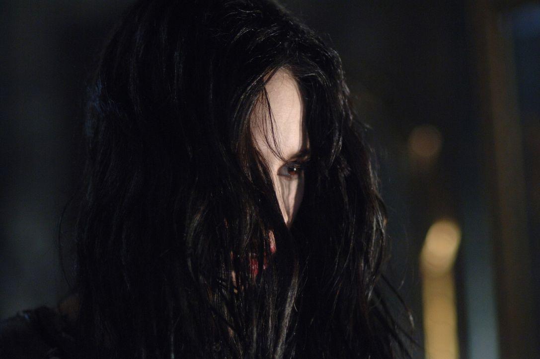 Dean und Sam sind besorgt, dass die Teenager Bloody Mary (Jovanna Huguet) noch einmal rufen könnten und wollen deshalb den Geist zur Strecke bringen... - Bildquelle: Warner Bros. Television