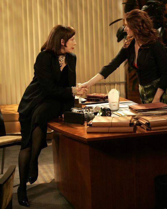 Nicht ahnend, wer ihr Blind Date ist, sagt Grace (Debra Messing, r.) zu einem Abendessen bei Margot (Lily Tomlin, l.) zu ... - Bildquelle: Chris Haston NBC Productions