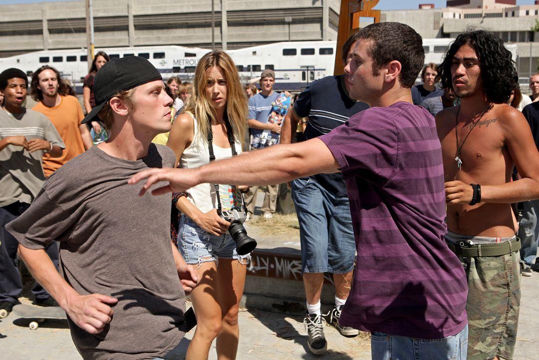 Rückblende ins Jahr 1995: Zwischen den beiden Skatern Grady Giles (Drew James, l.) und Nash Simpson (Nick Thurston, vorne r.) entwickelt sich ein he... - Bildquelle: Warner Bros. Television