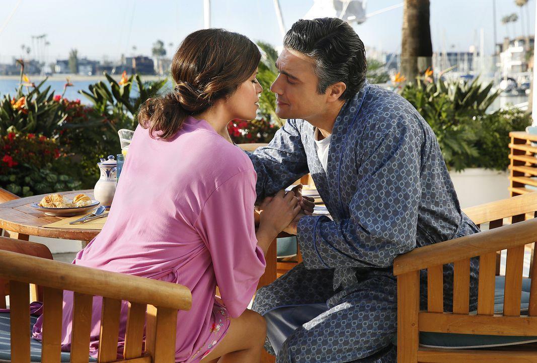 Sind glücklich miteinander: Rogelio (Jaime Camil, r.) und Xo (Andrea Navedo, l.) ... - Bildquelle: 2014 The CW Network, LLC. All rights reserved.
