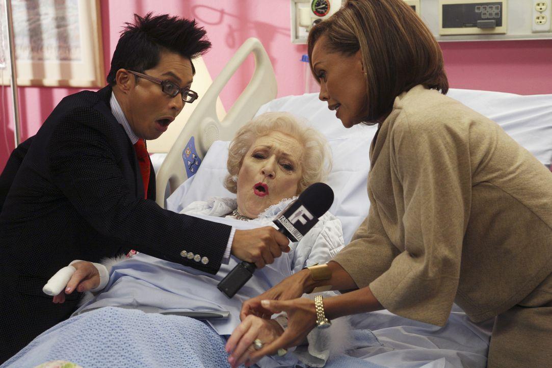 Wilhelmina (Vanessa Williams, r.) will ihr Image positiv verändern und sucht deshalb Golden Girl Betty White (M.) im Krankenhaus auf. Doch der Besuc... - Bildquelle: Buena Vista International Television