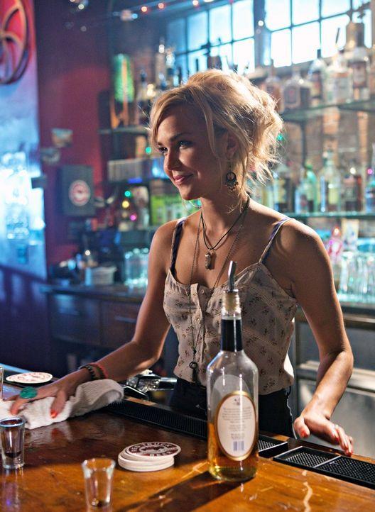 Paige (Arielle Kebbel), die neue Barkeeperin zieht so einige Männerblicke auf sich, doch vor allem Baze fühlt sich von der Blondine angezogen... - Bildquelle: The CW   2009 The CW Network, LLC. All Rights Reserved