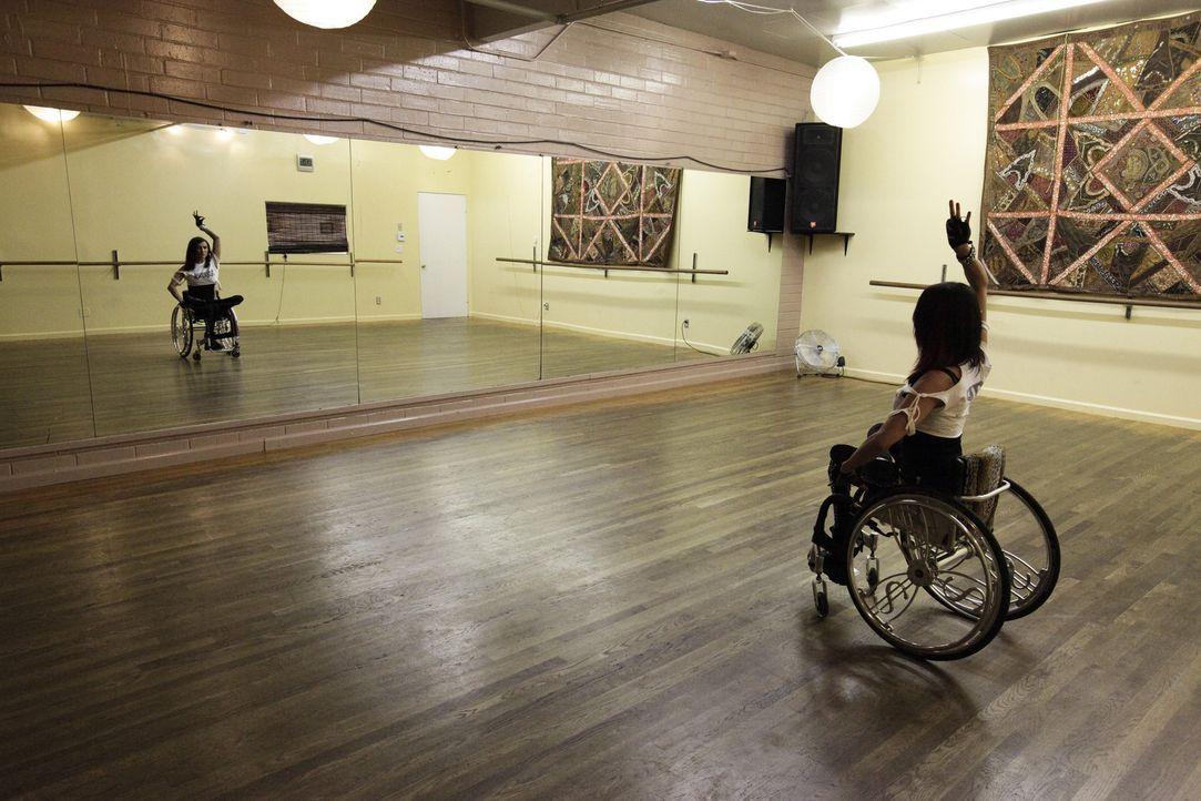Auti war vor ihrem Autounfall, der sie an den Rollstuhl fesselte, eine sehr erfolgreiche Hip-Hop-Tänzerin. Nun ist sie entschlossen, wieder ins Tan... - Bildquelle: Sundance Channel