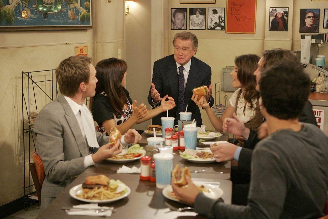 Haben ihn gefunden - den legendären Burger von New York: Ted (Josh Radnor, r.), Marshall (Jason Segel, 2.v.r.), Barney (Neil Patrick Harris, l.), Li... - Bildquelle: 20th Century Fox International Television