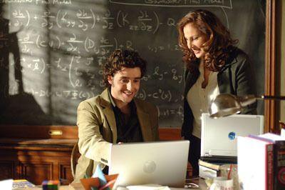 Charlie (David Krumholtz, l.) zeigt seiner neuen Chefin Dr. Mildred French (Kathy Najimy, r.) seine Vermutung, wegen des Spielplatzes ... - Bildquelle: Paramount Network Television
