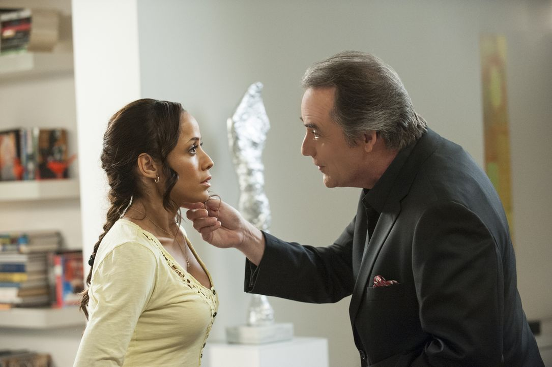 Während Adrian (Tom Irwin, r.) nicht möchte, dass Rosie (Dania Ramirez, l.) mit dem kleinen Tucker bei ihnen zu Hause arbeitet, ist Evelyn mehr als... - Bildquelle: ABC Studios