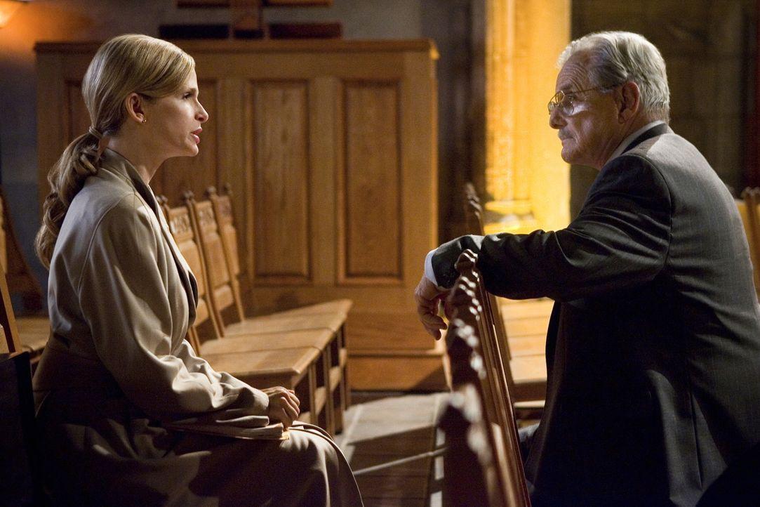 Der CIA Agent Andrea Schmidt (William Daniels, r.) taucht bei Brenda (Kyra Sedgwick, l.) auf und braucht Hilfe bei der Aufklärung eines Mordfalls mi... - Bildquelle: Warner Brothers