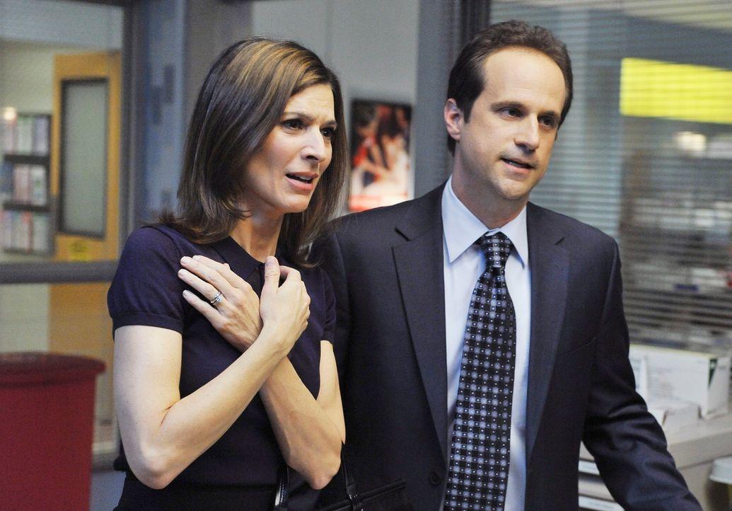 Machen sich Sorgen um Oliver, der mit Bauschschmerzen eingeliefert wurde: Kelly (Perrey Reeves, l.) und Scott (Ken Weiler, r.) ... - Bildquelle: ABC Studios