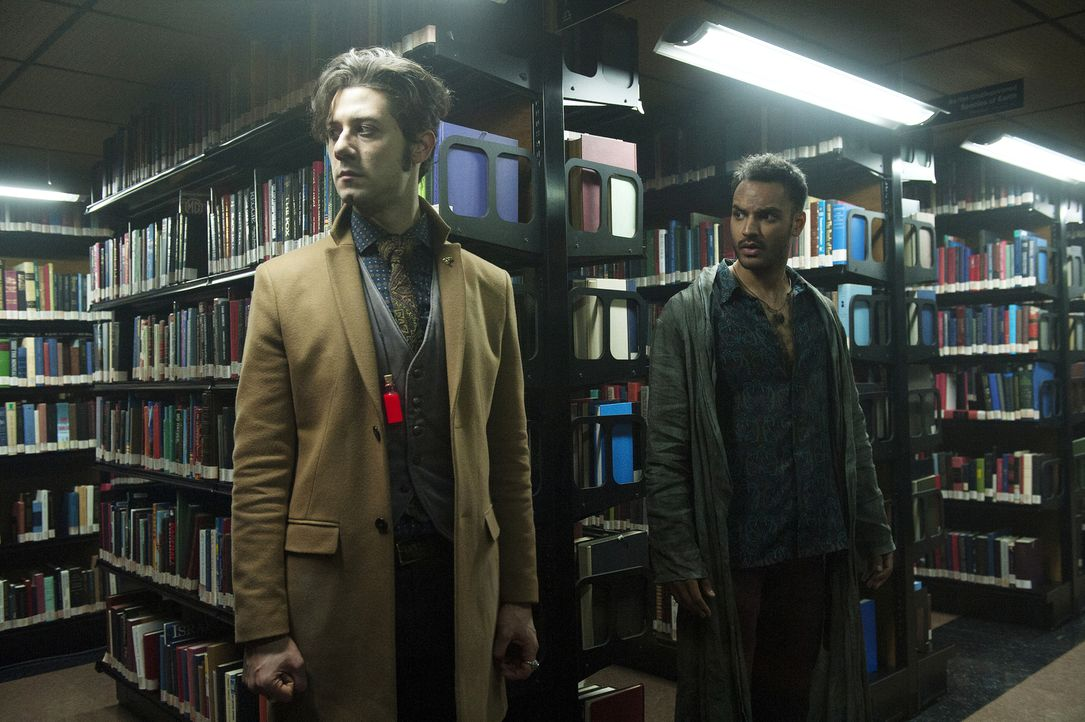 Bereits kurz nachdem sie in den Nirgendlanden ankommen, verläuft nichts mehr nach Plan. Finden Eliot (Hale Appleman, l.) und Penny (Arjun Gupta, r.)... - Bildquelle: 2015 Syfy Media Productions LLC. ALL RIGHTS RESERVED.