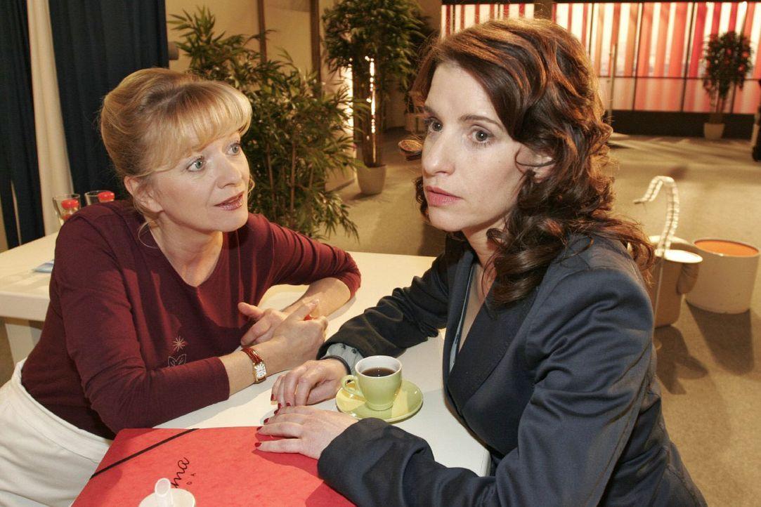 Inka (Stefanie Höner, r.) vertraut Helga (Ulrike Mai, l.) an, dass sie eigentlich von einem neuen Leben träumt. - Bildquelle: Noreen Flynn SAT.1 / Noreen Flynn