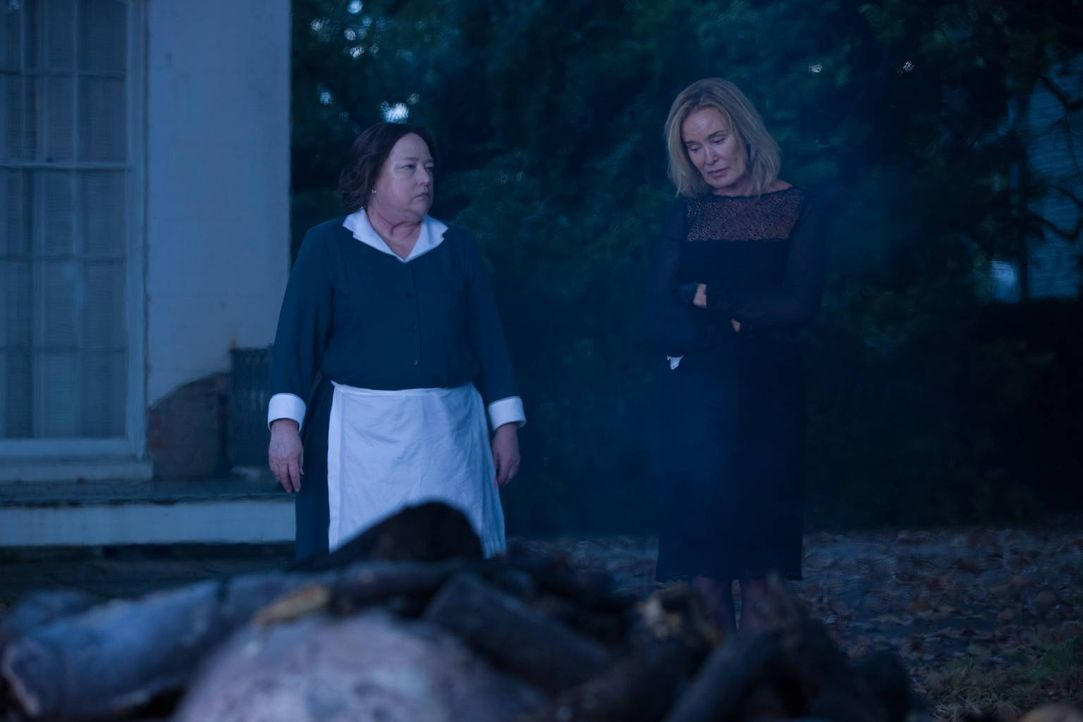 Während Fiona (Jessica Lange, r.) sich einen Machtkampf mit Myrtle liefert, muss sich Madame Delphine LaLaurie (Kathy Bates, l.) den Geistern ihrer... - Bildquelle: 2013-2014 Fox and its related entities. All rights reserved.
