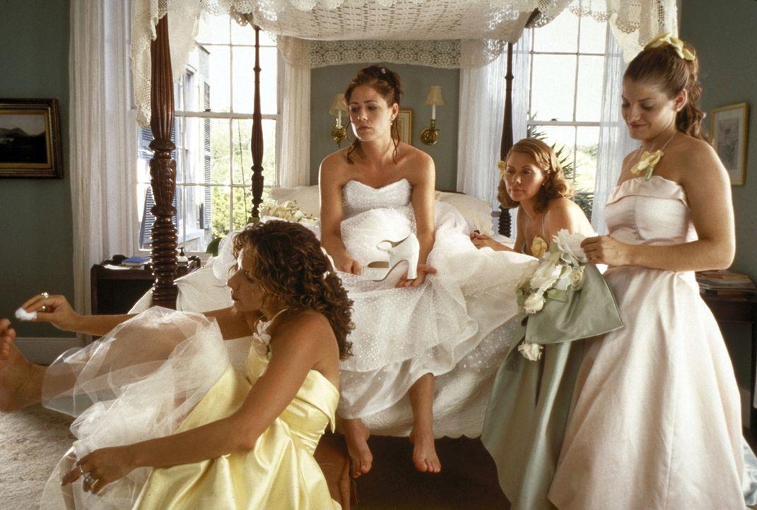 Fix und fertig: Die Braut Bridget (Maura Tierney, M.) und ihre Brautjungfern Debbie (Meredith Scott Lynn, l.), Sandy (Maia Lien, 2.v.re.) und Beth (... - Bildquelle: TM+  1999 DreamWorks LLC. All Rights Reserved.