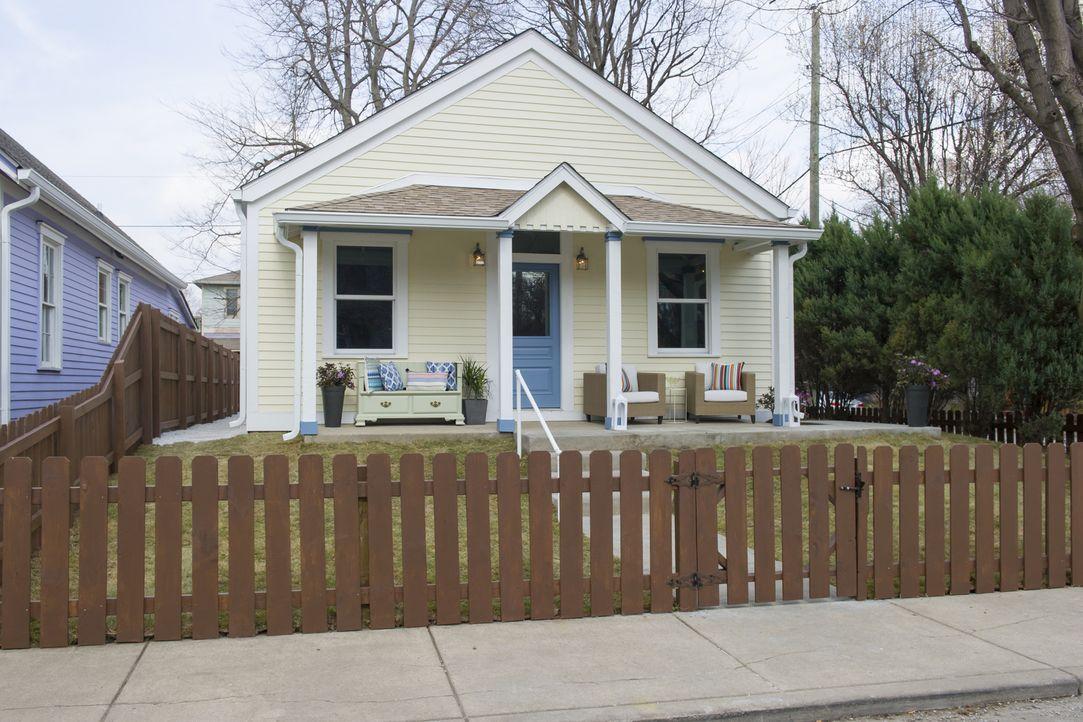In einem schlichten Gelb erstrahlt das frisch renovierte Haus mit einladendem Eingangsbereich. Ob das auch den potenziellen Käufern gefallen wird? - Bildquelle: 2017,HGTV/Scripps Networks, LLC. All Rights Reserved