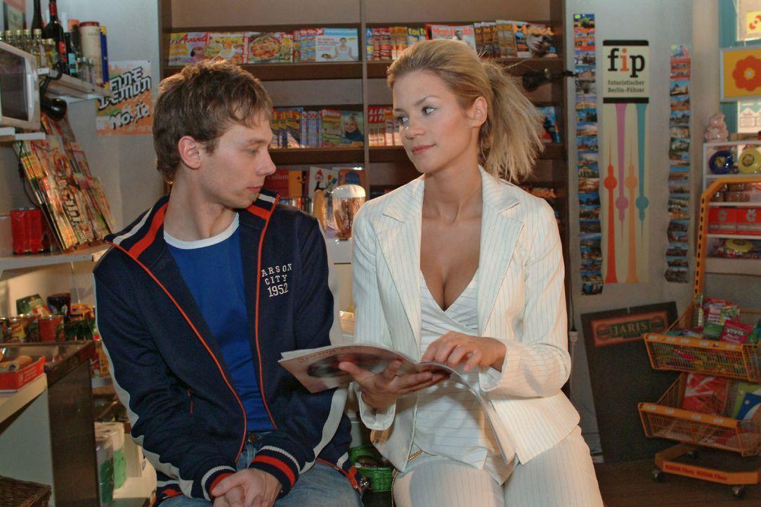 Sabrina (Nina-Friederike Gnädig, r.) versucht mit ihren Waffen aus Jürgen (Oliver Bokern, l.) herauszukitzeln, was es mit der Verlobung auf sich h... - Bildquelle: Sat.1