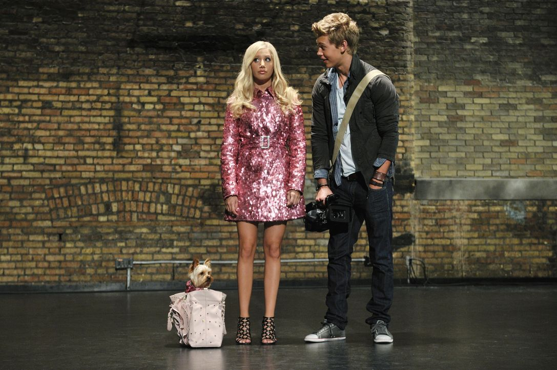 Entwickeln einen Plan, um die intrigante Amber bloßzustellen: Sharpay (Ashley Tisdale, l.) und Peyton (Austin Butler, r.) ... - Bildquelle: 2010 Disney Enterprises, Inc. All rights reserved.