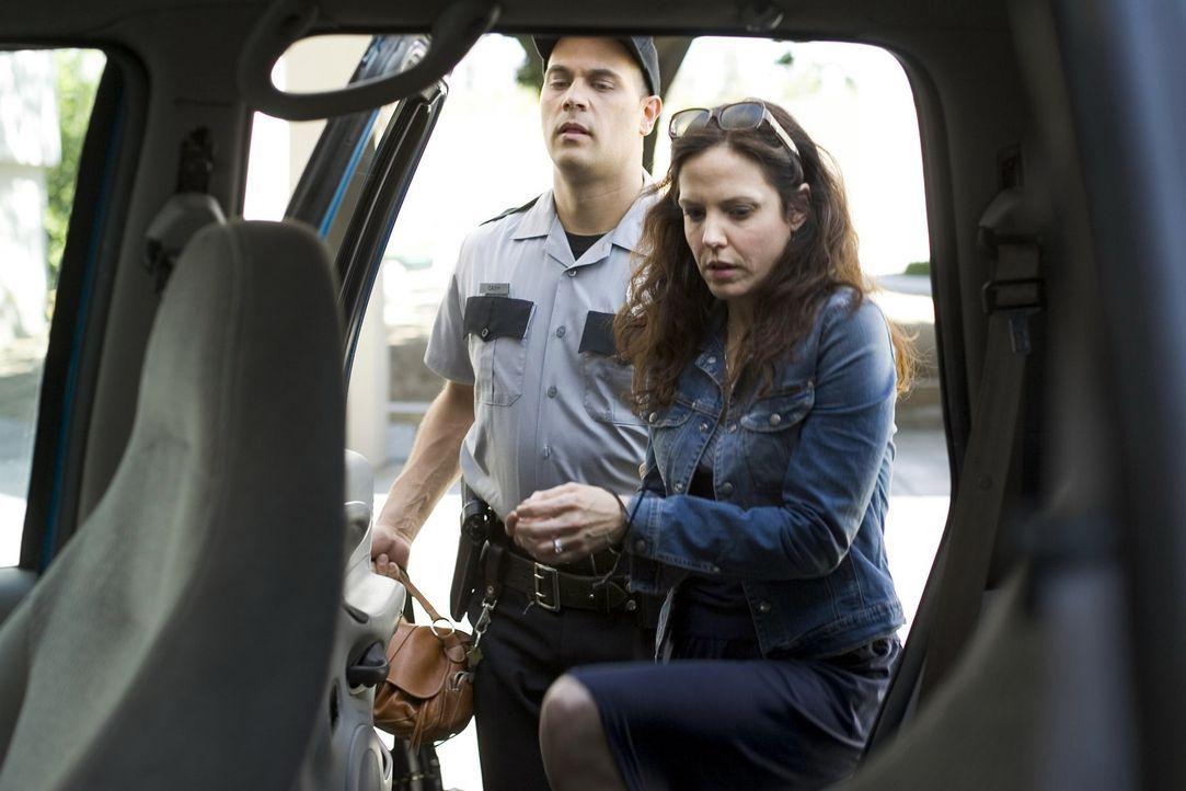 Nachdem Nancy (Mary-Louise Parker, r.) von Cash (Todd Stashwick, l.), dem Sicherheitsbeamter der Schule beim dealen erwischt wurde, versucht mit all... - Bildquelle: Lions Gate Television