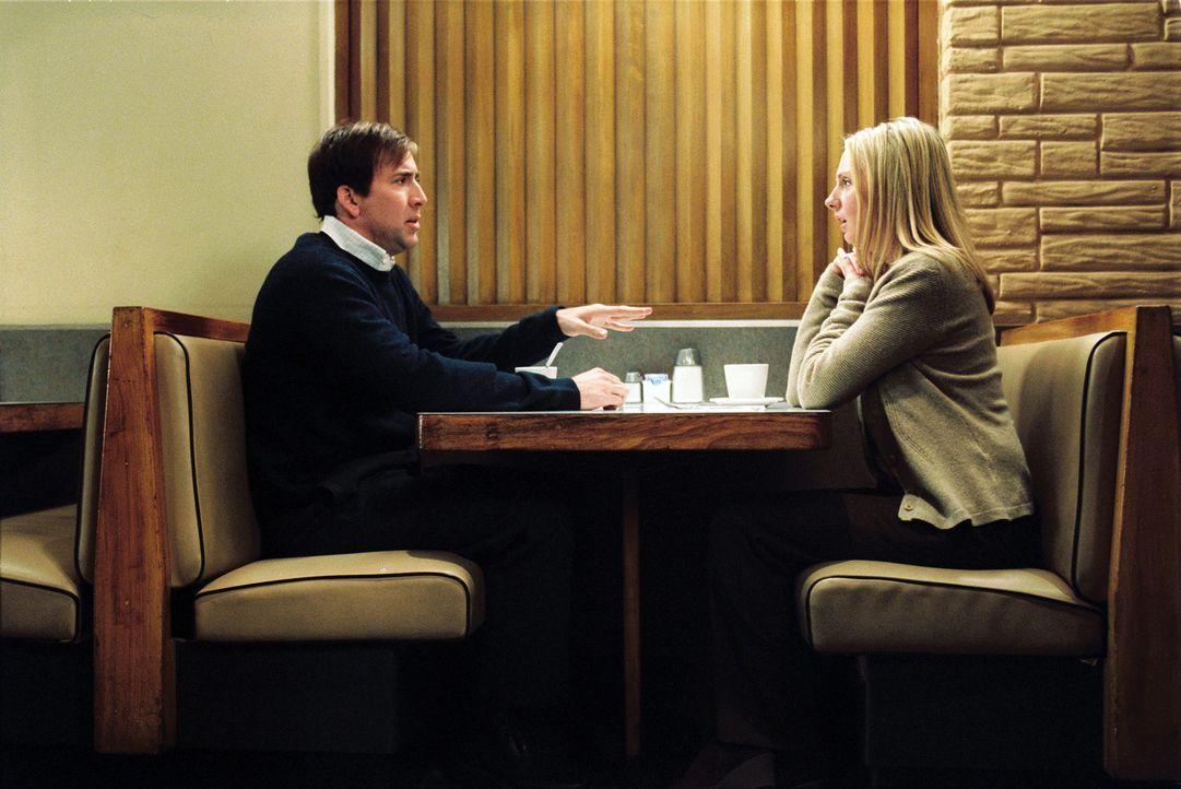 Je stärker Dave (Nicolas Cage, l.) versucht, seine Frau (Hope Davis, r.) zurückzugewinnen und alles unter Kontrolle zu kriegen, desto eher muss er... - Bildquelle: 2004 by PARAMOUNT PICTURES. All Rights Reserved.