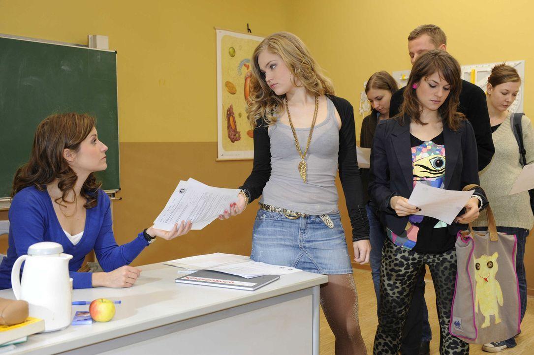 Bea wundert sich, das ihren Schülern die Matheklausur so leicht fällt. (v.l.n.r.) Bea (Vanessa Jung), Caro (Sonja Bertram) und Jenny Hartmann (Luc... - Bildquelle: SAT.1