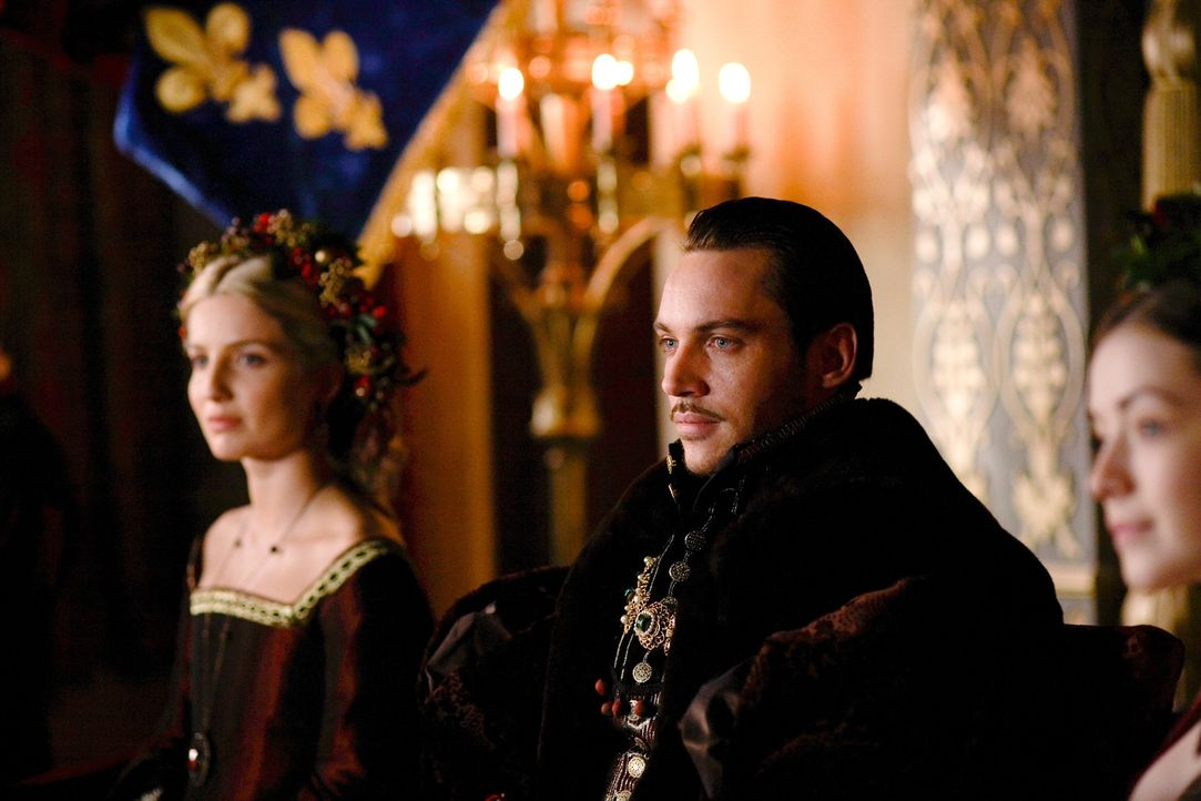 Weihnachten bei Hofe: König Henry (Jonathan Rhys Meyers, M.), Königin Jane (Annabelle Wallis, l.) und Mary (Sarah Bolger, r.) ... - Bildquelle: 2009 TM Productions Limited/PA Tudors Inc. An Ireland-Canada Co-Production. All Rights Reserved.