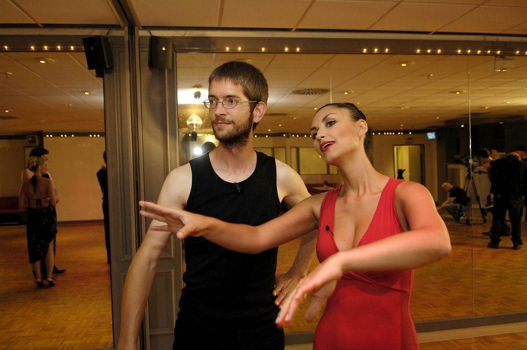 Das Erlernen erster Tanzschritte fordert vollste Konzentration: Otmar, l. und sein Model Christina Maria Stefanescu (r.) ... - Bildquelle: ProSieben