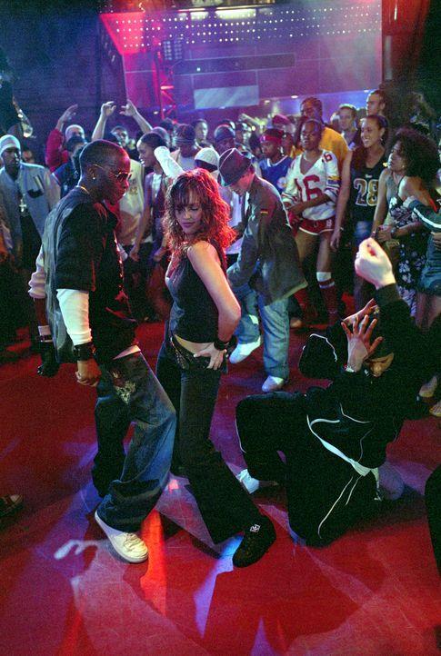 Honey Daniels (Jessica Alba, M.) arbeitet nicht nur als Tanzlehrerin im Gemeindezentrum, sondern auch an der Bar eines Nachtclubs ... - Bildquelle: Universal Studios