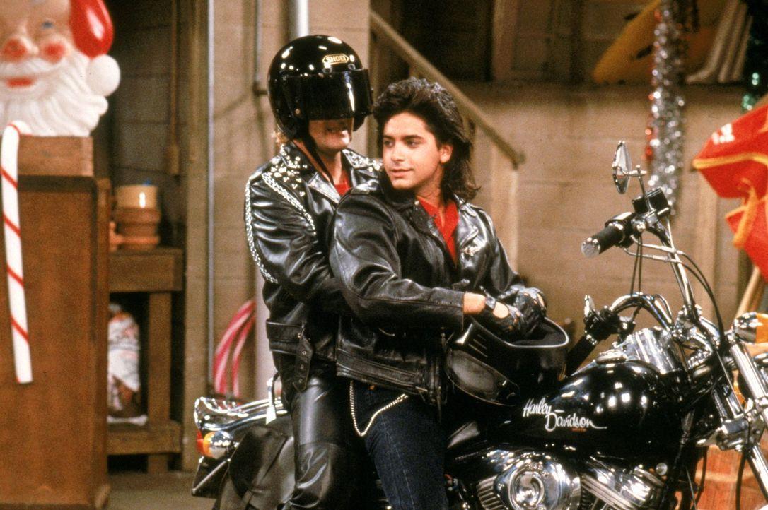 Wollen sich endlich mal wieder einen richtigen Männerabend gönnen: Joey (Dave Coulier, M.) und Jesse (John Stamos, r.) ... - Bildquelle: Warner Brothers Inc.
