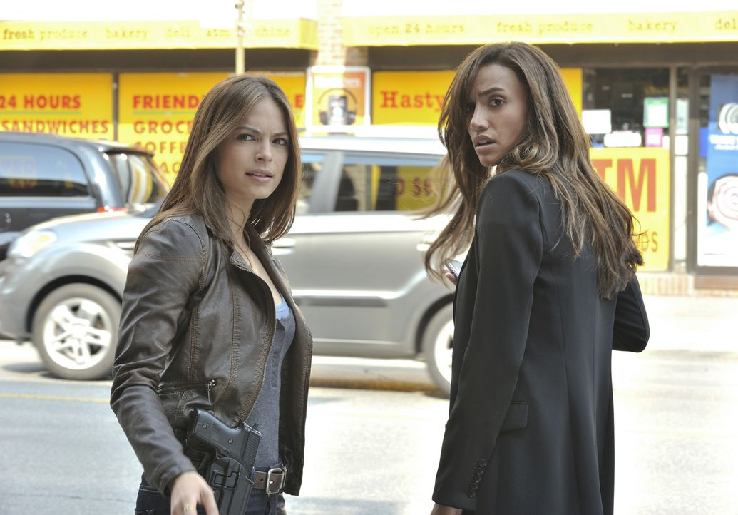 Bei den Ermittlungen in einem neuen Mordfall: Tess (Nina Lisandrello, r.) und Catherine (Kristin Kreuk, l.) ... - Bildquelle: 2012 The CW Network, LLC. All rights reserved.