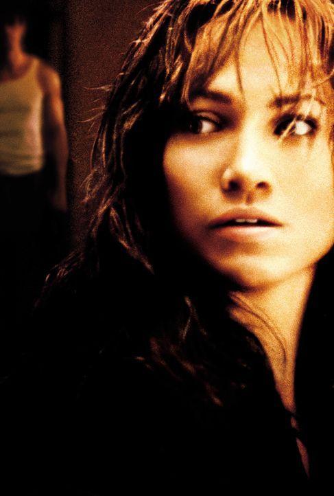 Auf der Flucht vor ihrem brutalen Ehemann Mitch (Bill Campbell, l.): Slim (Jennifer Lopez, r.) ... - Bildquelle: 2003 Sony Pictures Television International