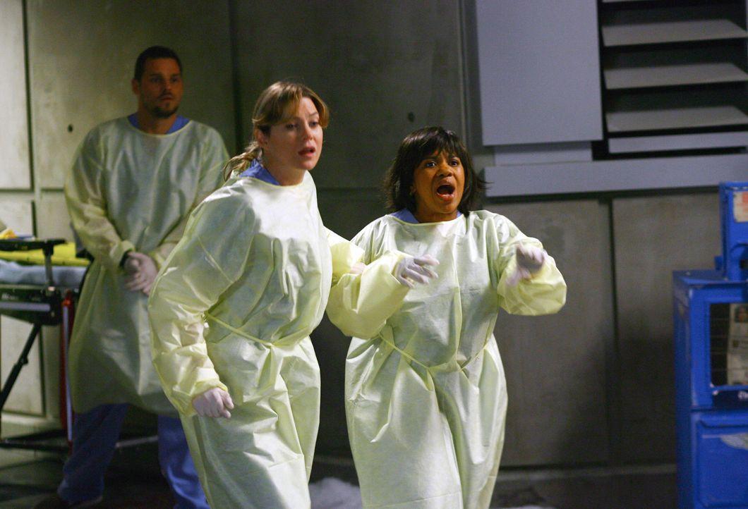 Endlich kommt die erhoffte Arbeit: Meredith (Ellen Pompeo, M.), Bailey (Chandra Wilson, r.) und Alex (Justin Chambers, l.) ... - Bildquelle: Touchstone Television