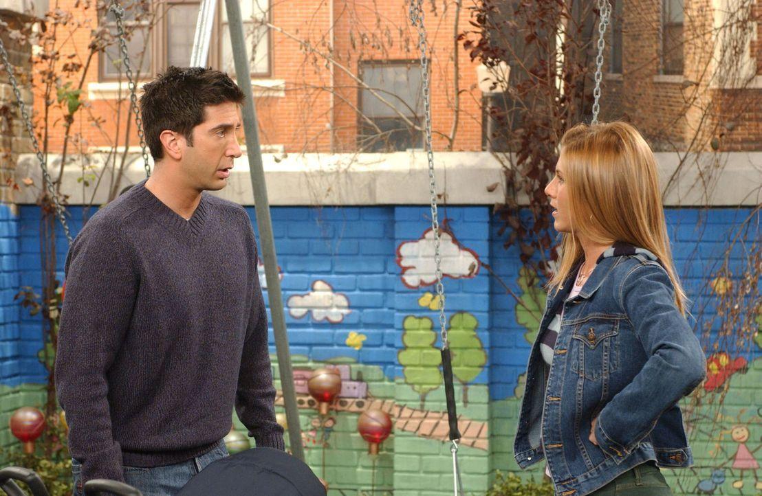 Ross (David Schwimmer, l.) ist der Meinung, das man frühkindliche Ängste bekämpfen muss, also konfrontiert er sich mit einer Spinne und setzt Rachel... - Bildquelle: 2003 Warner Brothers International Television