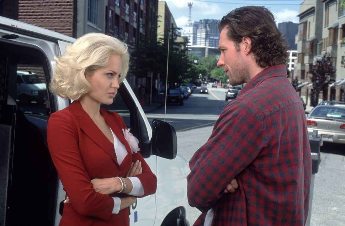 Eines Tages eröffnet ihr Boss ihr, dass sie befördert wird. Zur Vorbereitung soll TV-Reporterin Lainie (Angelina Jolie, l.) ausgerechnet mit ihrem I... - Bildquelle: 2002 Twentieth Century Fox Film Corporation. All rights reserved.