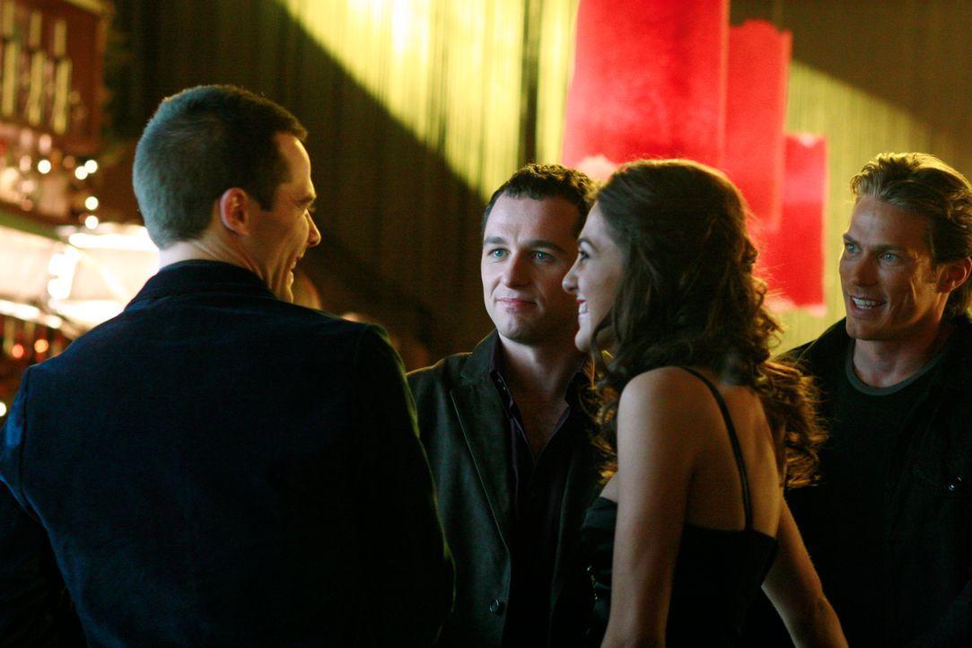 Michelle (Roxy Olin, 2.v.r.), die Freundin von Chad (Jason Lewis, r.), lädt Kevin (Matthew Rhys, 2.v.l.) zu einer Valentinstagsparty ein, wo sie ve... - Bildquelle: Disney - ABC International Television