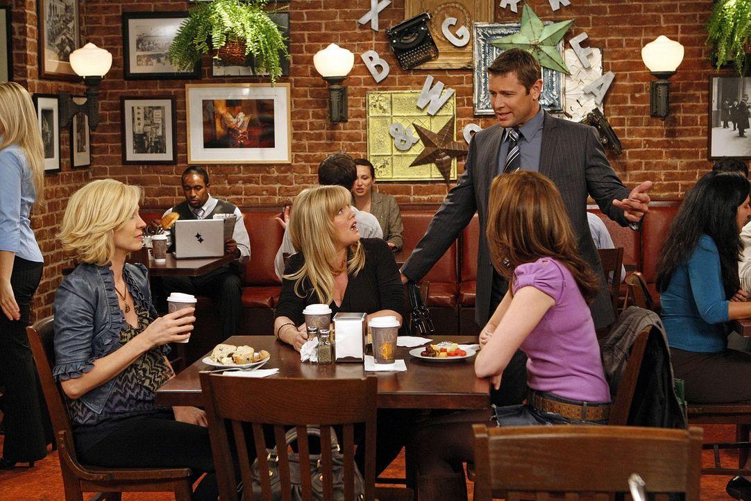 Gerade als Billie (Jenna Elfman, l.) Olivia (Ashley Jensen, 2.v.l.) und Abby (Lennon Parham, 2.v.r.) von einem peinlichen Zwischenfall mit Zack erz - Bildquelle: 2009 CBS Broadcasting Inc. All Rights Reserved