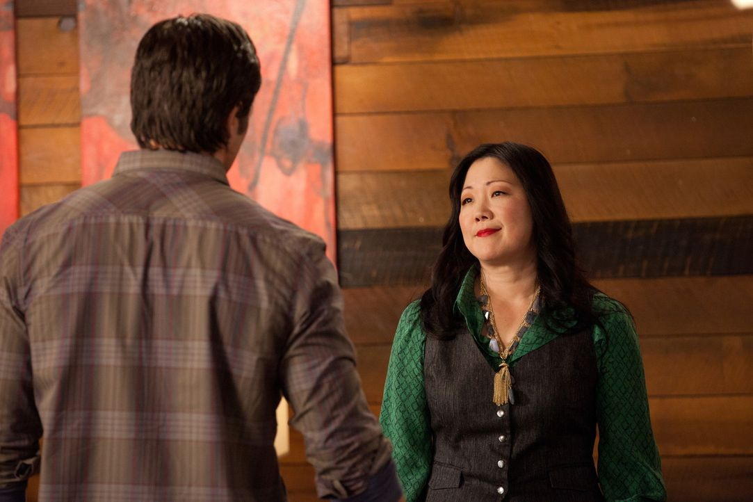 Teri (Margaret Cho, r.) kommt hinter ein schreckliches Geheimnis ihres Freundes Gary (Victor Webster, l.). Die Beziehung droht zu kippen ... - Bildquelle: 2011 Sony Pictures Television Inc. All Rights Reserved.