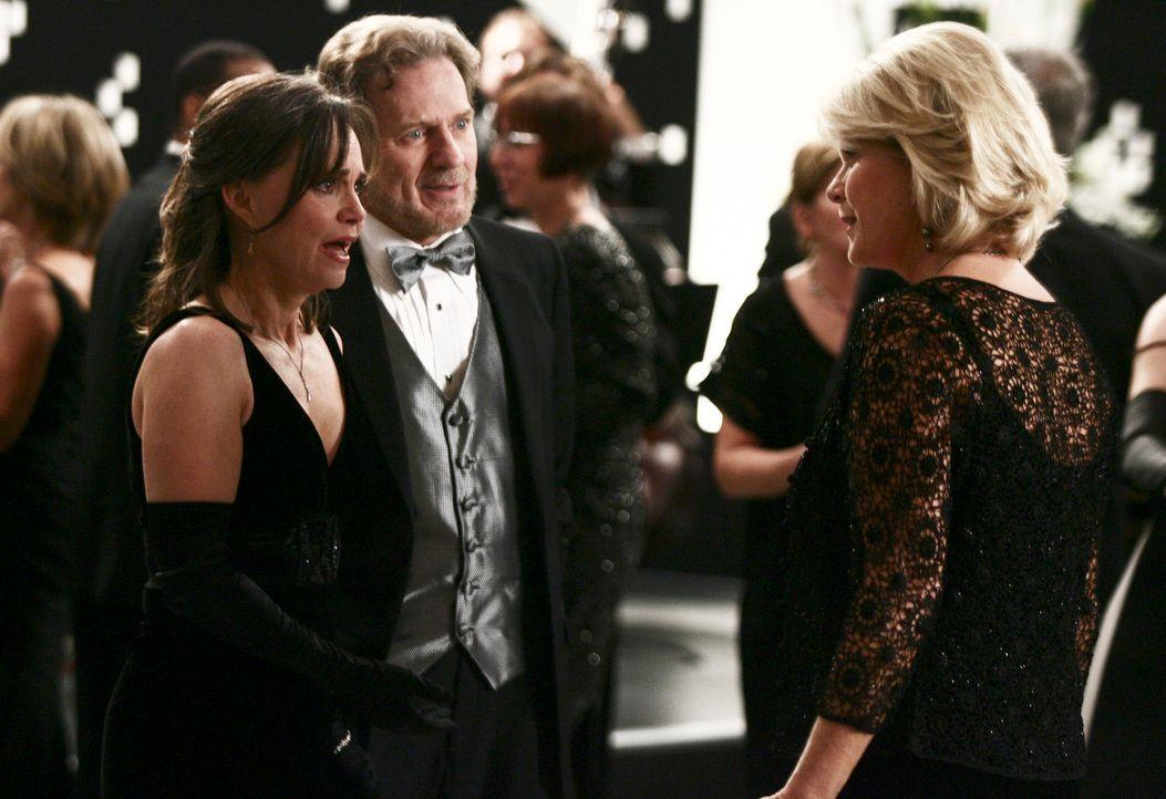 Nora (Sally Field, l.) muss sich den eindeutigen Avancen von Harry Packard (Robert Foxworth, M.), den Mann ihrer besten Freundin Margaret (Meredith... - Bildquelle: Disney - ABC International Television