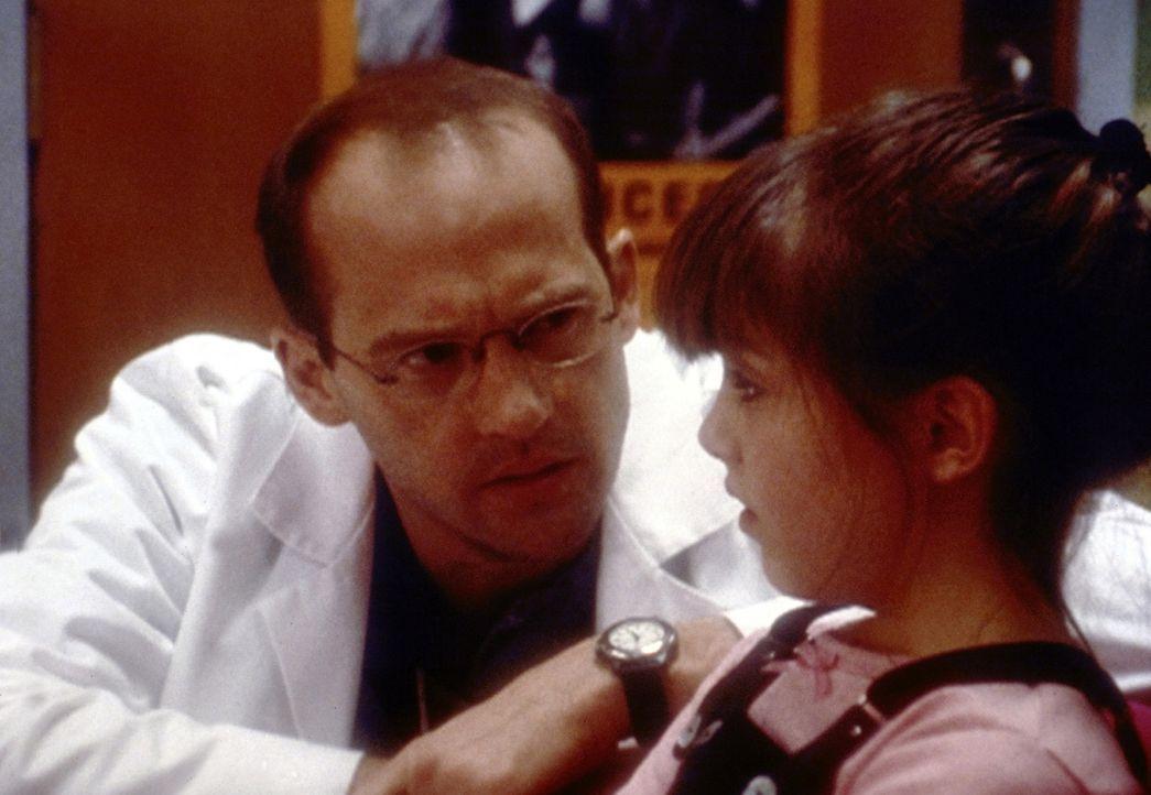 Seit der Trennung der Eltern versucht Rachel (Yvonne Zima, r.) alles, um bei ihren Klassenkameraden Aufmerksamkeit zu erlangen. Dr. Greene (Anthony... - Bildquelle: TM+  2000 WARNER BROS.