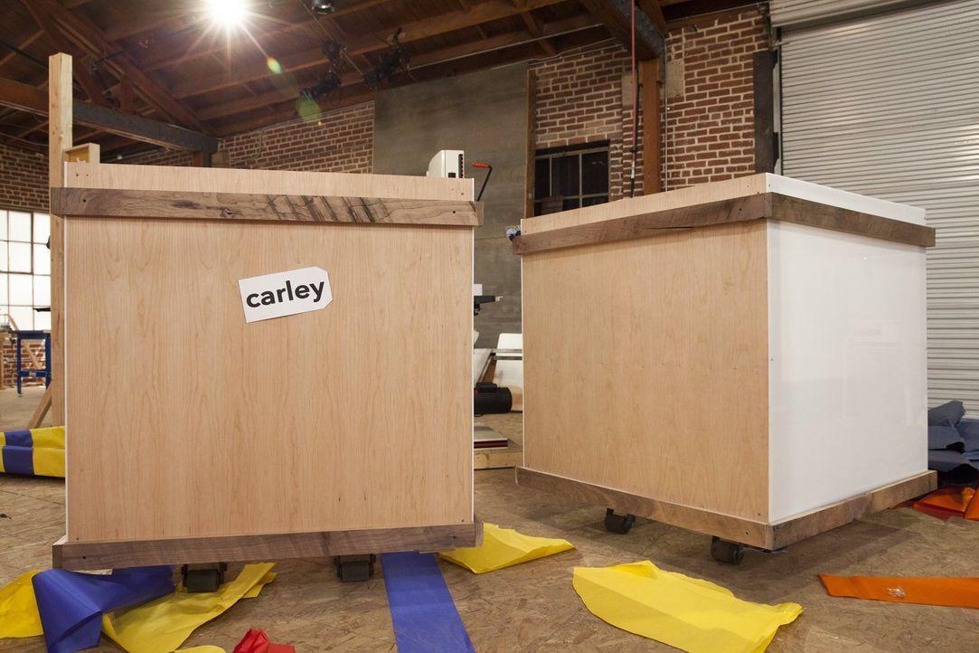 Die Designer haben drei Tage Zeit, um aus diesen Kisten Möbel herzustellen ... - Bildquelle: 2015 Warner Bros.