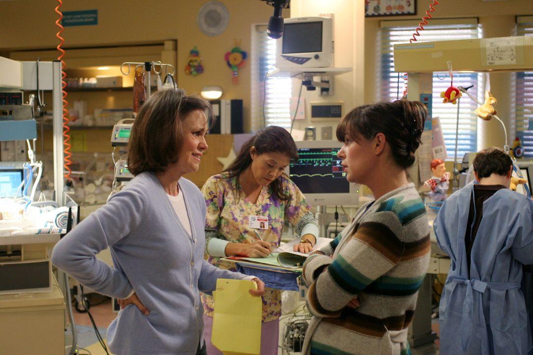 Obwohl Maggie (Sally Field, l.) fast allen in der Neonatologie mächtig auf die Nerven geht, unterstützt sie ihre Tochter Abby (Maura Tierney, M.), w... - Bildquelle: Warner Bros. Television