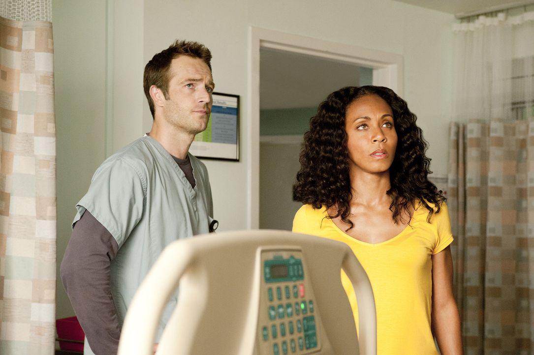 Christina (Jada Pinkett Smith, r.) und Tom (Michael Vartan, l.) sehen in den Nachrichten, dass die Leiche eines Mannes gefunden wurde, bei dem es si... - Bildquelle: 2011 Sony Pictures Television Inc. All Rights Reserved.