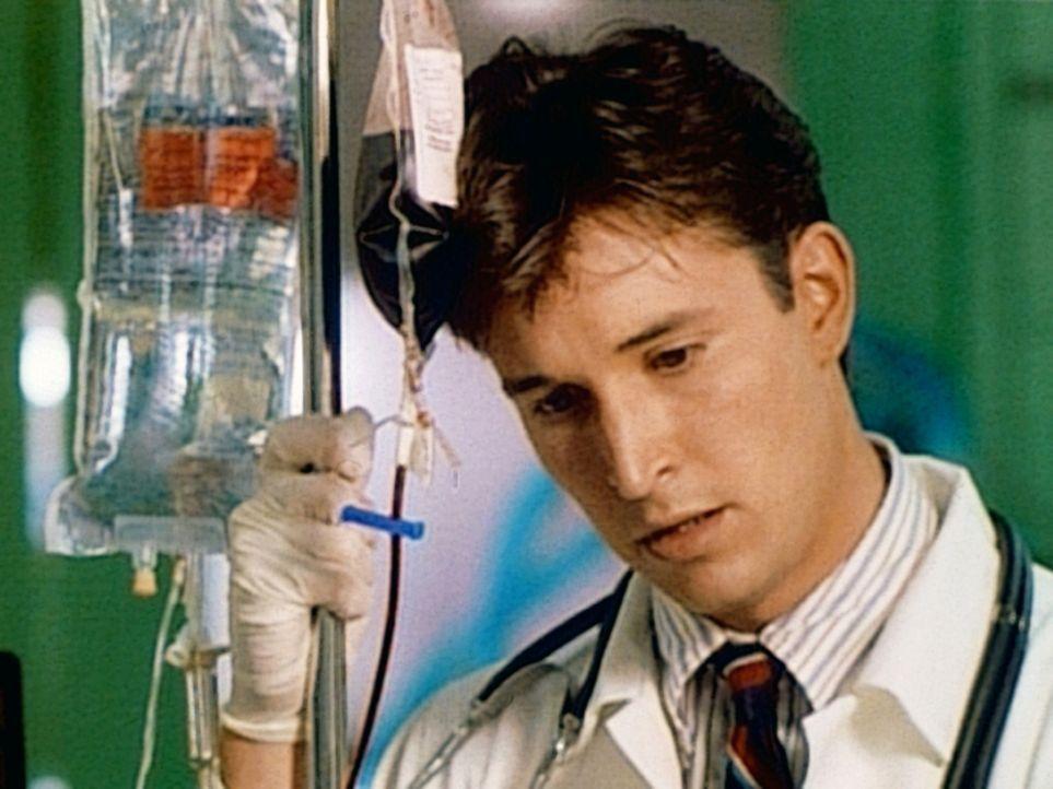 Nachdem ein verunglückter Teenager nicht gerettet werden konnte, zweifelt Carter (Noah Wyle) an seiner Berufswahl. - Bildquelle: TM+  WARNER BROS.