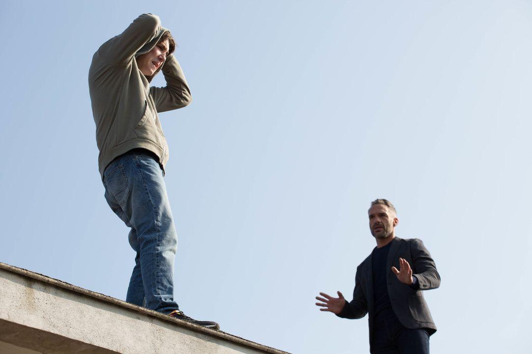 Kann Rocher (Philippe Bas, r.) verhindern, dass sich der 14-jährige Eliott (Théo Bertrand, l.) vom Dach einer Schule stürzt? - Bildquelle: Eloïse Legay 2016 BEAUBOURG AUDIOVISUEL