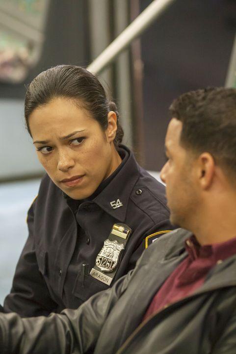 Werden als Geiseln in einer U-Bahn festgehalten: Detective Esposito (Jon Huertas, r.) und Officer Marisa Aragon (Jessica Camacho, l.) ... - Bildquelle: ABC Studios