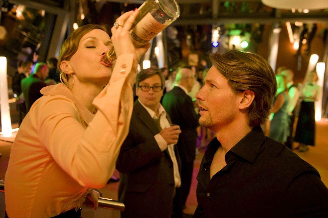 Steuerberatungskanzleichefin Kerstin (Nadja Becker, l.) übertreibt es auf der Betriebsfeier gewaltig: Nach ihrem Alkoholabsturz erwacht sie am nächs... - Bildquelle: SAT.1