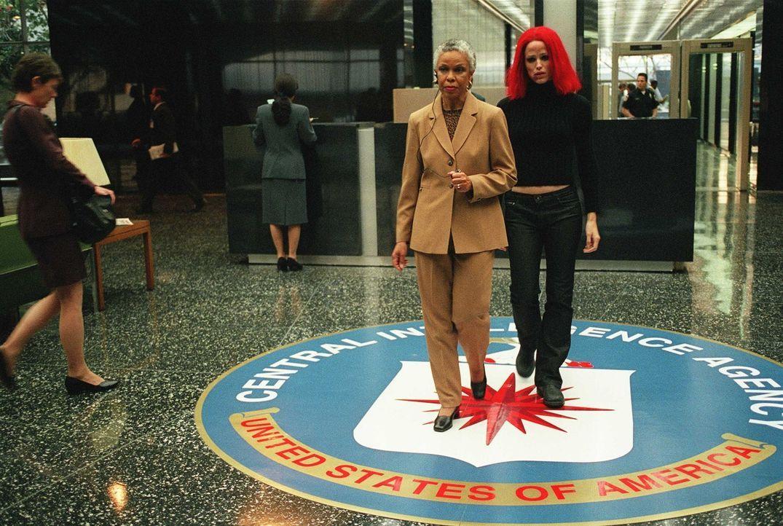 In Sydneys (Jennifer Garner, r.) aussichtsloser Situation stellt sie sich der echten CIA als Überläufer, in der Hoffnung, die SD-6 zu Fall zu brin... - Bildquelle: Touchstone Television