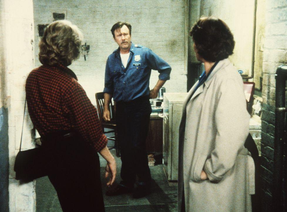 Cagney (Sharon Gless, l.) und Lacey (Tyne Daly, r.) verdächtigen ihren Kollegen Holgate (James Gammon), seinen Freund gerächt zu haben. - Bildquelle: ORION PICTURES CORPORATION. ALL RIGHTS RESERVED.