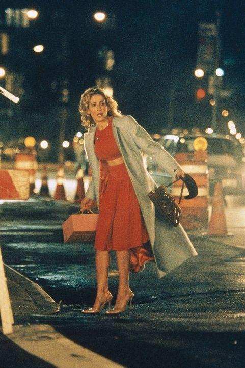 Mit ihren neuen Schuhen unter den Armen steht Carrie (Sarah Jessica Parker) am Straßenrand und wartet sehnsüchtig auf das nächste Taxi ... - Bildquelle: Paramount Pictures